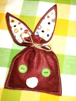 Voilà un chouette {DiY} de Pâques pour réaliser avec les kids de jolis petits pochons en forme de lapin, à remplir de petites gourmandises le jour J !!!