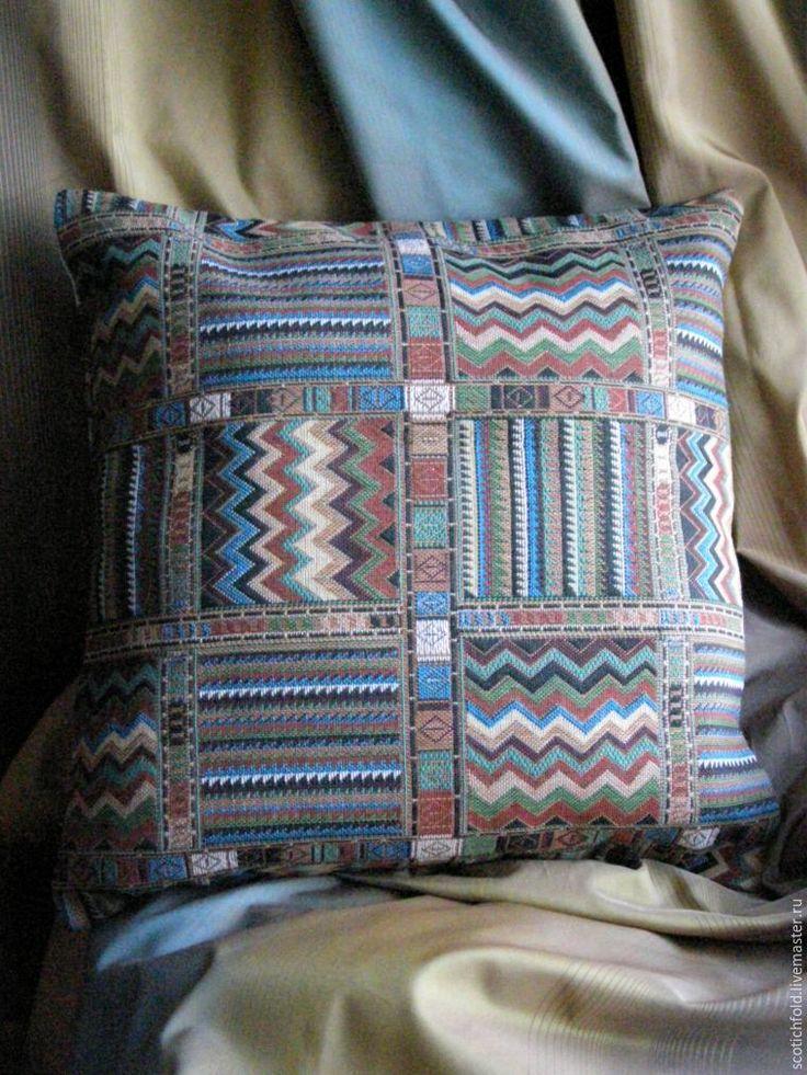 Если вы не шьете декоративные подушки на продажу, а хотите освежить интерьер вашей комнаты с помощью нового текстиля, то это можно сделать, сменив чехол на декоративных подушках вашего дивана. При этом я предлагаю минимизировать те необходимые операции, нужные для пошива качественной декоративной подушки. Шить мы будем из гобеленовой ткани и без вшив…