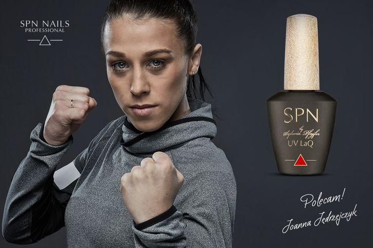 Siła, skuteczność, delikatność i kobiecość... tak można w ogromnym skrócie opisać Joanna Jedrzejczyk - polską zawodniczkę muay thai, kick-boxingu oraz mieszanych sztuk walki (MMA). Sześciokrotną Mistrzynię Świata, czterokrotną Mistrzynię Europy oraz pięciokrotną Mistrzynię Polski w muay thai.  Pierwsza Polka w największej i najbardziej prestiżowej organizacji MMA na świecie – UFC oraz Mistrzyni tejże organizacji w wadze słomkowej.   jesteś WYJĄTKOWA.