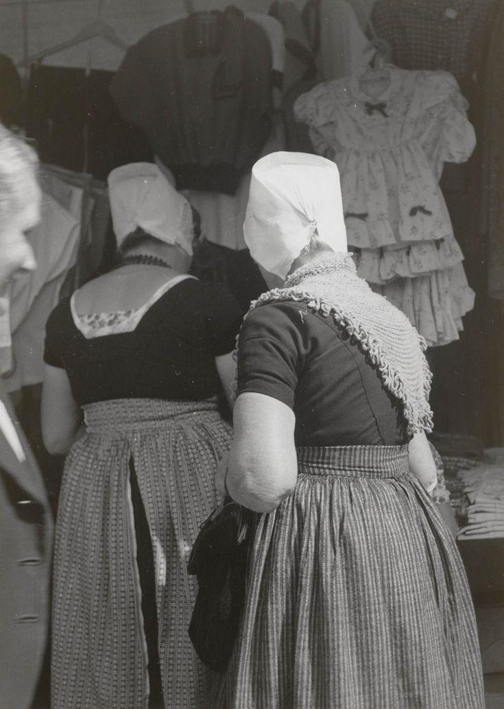 Vrouwen in Walcherse streekdracht, op de markt te Middelburg. 1954 #Zeeland #Walcheren