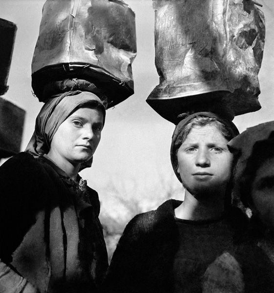 Voula Papaioannou, Women transporting mud for the construction of a road. Sellades prefecture of Arta, 1946 © Benaki Museum Photographic Archive