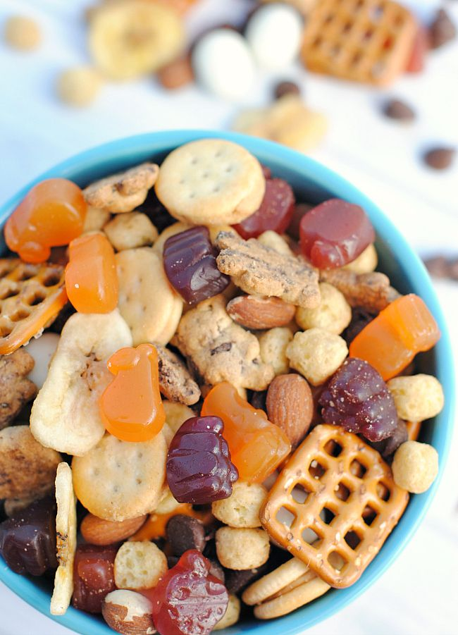Easy Trail Mix that kids will LOVE! Great idea for kids lunches. #packedwithmotts #mottsmedleys #ad