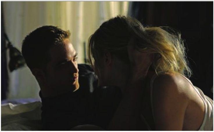 """Recentemente surgiram fotos de Robert Pattinson beijando a bela modelo Camille Rowe de língua. Em algumas ela é beijada nos lábios enquanto ele envolve sua cabeça, em outras, pernas nuas encostar na banheira onde ele está sentado. Ok, essas cenas foram feitas para a nova campanha do """"Dior Homme"""" , mas você percebe: os dois tem muita química. Nós conversamos com o novo Mr. Dior sobre as mulheres, a sua propensão para argumentar e ser um homem."""