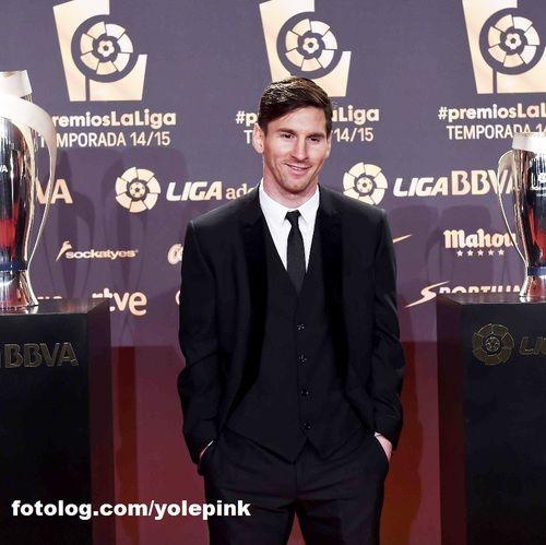 Lionel Messi : Mais uma foto do meu lindo no prêmio de melhores da Liga.  Ontem o Barça venceu o Villanovense por 6 x 1 no Camp Nou pela Copa do Rei da Espanha, Leo não foi escalado para a partida, mais compareceu ao estádio para prestigiar os colegas.  Bj | yolepink