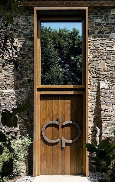 Vstupní dveře a okno jsou vizuálně propojeny. Vzniká tak dojem, že tvoří jeden celek, tedy podobně, jako by vypadla vrata do staré stodoly.