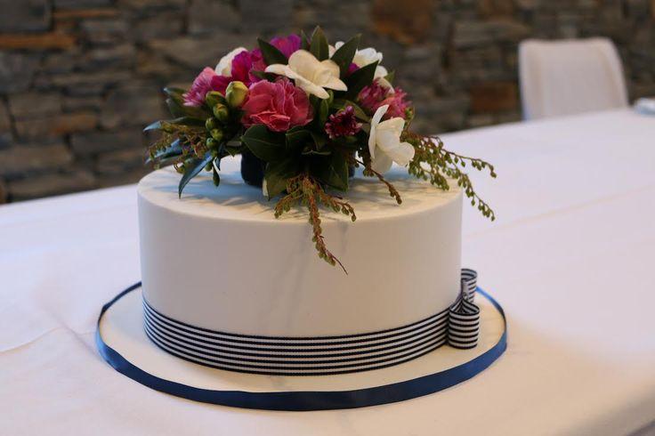 The beautifully simplistic wedding cake at our latest Peak wedding!