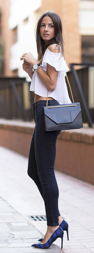 White top, black jeans and bag. Best fall fashion trends.