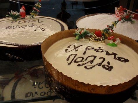 Avant que les parfums de frangipane embaument nos boulangeries pour l'Épiphanie, en Grèce c'est dès le 1er janvier que les arômes d'agrumes de la Vassilopita envahissent le pays.