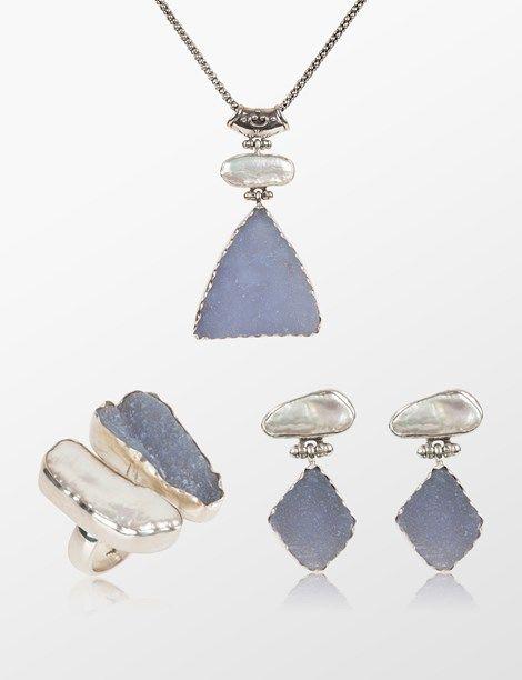 Druzy mavi kalsedon ve Barok İncili kolye-küpe-yüzük takımı. Taşları çevreleyen gümüş yuvalar sıvama tekniği ile elde dönülmüştür. Özel tasarım.