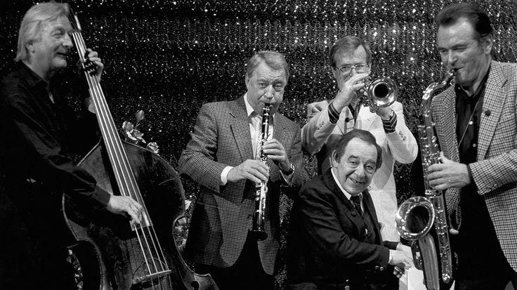 James Last, Hugo Strasser, Hazy Osterwald und Paul Kuhn (am Klavier) geben zu Ehren von Bandleader Max Greger (r), der am 2.4.1986 seinen 60. Geburtstag feiert, im ZDF-Studio Unterföhring ein musikalisches Stelldichein. | Bild: picture-alliance/dpa