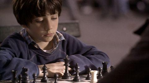 Myślałam, że tylko wyjątkowy mózg Piotrka jest w stanie tak szybko ogarnąć ruchy bierek na szachownicy… Nie pamiętam dokładnie jak to się zaczęło. Najpierw stara szachownica od dziadka, późni…