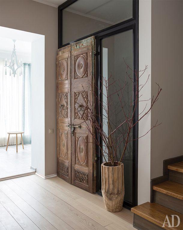 """Прихожая. Антикварные двери из галереи """"Артефакт"""". На полу деревянная ваза, Zara Home."""