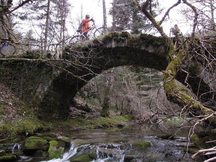 lucruri interesante: 23 de poduri mistice care te conduc spre o altă lu...