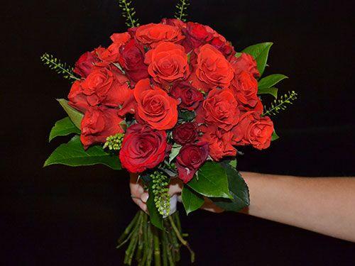 Букет невесты  из красной розы классический