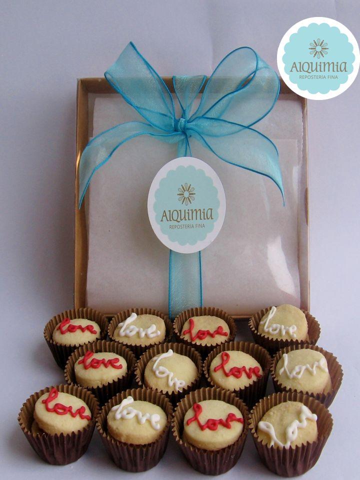 Alquimia - Alfajorcitos en masa original, o de canela rellenos de manjar blanco y decorados a mano con glaseado blanco y rojo.
