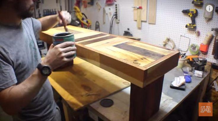 """Az """"I like to makes stuff"""" videócsatornán az ismeretlen készítő egy egyszerű kinézetű padot tervezett és készített. A célja az volt, hogy bontott raklap anyagból készíti el a padot, de ne látszódjon rusztikusnak a pad. A raklap lécei ehhez túl vékonyak, ezért egy trükköt alkalmazott az elkészítésnél, végeredmény egy..."""