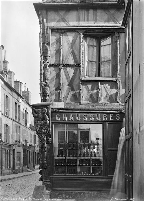 Sens - Maison d'Abraham : angle de façades à pan-de-bois, boutique de chaussures #Sens #Yonne #Bourgogne #France