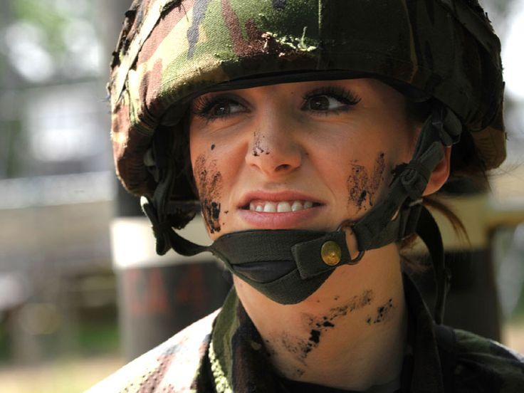 Женщина-солдат - это женственно?
