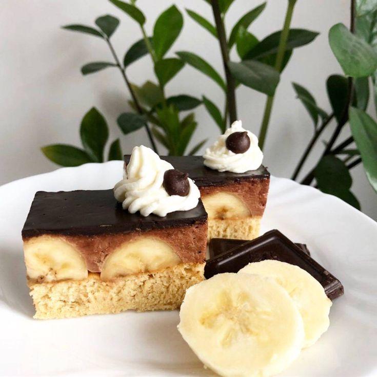 Čokoládovo banánový zákusok 🍫🍌 KORPUS vajce slepačie 8 ks cukor kryštálový 8 PL cukor vanilkový 1 ks olej slnečnicový 2 PL múka hladká 8 PL kypriaci prášok do pečiva ½ bal banány 6 ks KRÉM vajce slepačie 3 ks cukor kryštálový 150 g múka polohrubá 2 PL kakao - prášok 2 PL maslo 250 g POLEVA čokoláda na varenie 55% 100 g smotana na šľahanie (30-33% tuku) 100 g 1. Oddelíme žĺtky od bielkov. Žĺtky vymiešame s kryštáľovým a vanilkovým cukrom, pridáme olej, múku s práš...