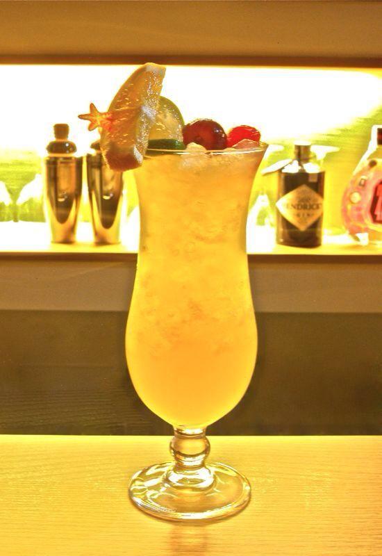 Nuestros mejores cócteles: crucero caribeño hecho con ron, vodka, piña y granadina. ¡¡no te quedes con las ganas y ven a probarlo!!