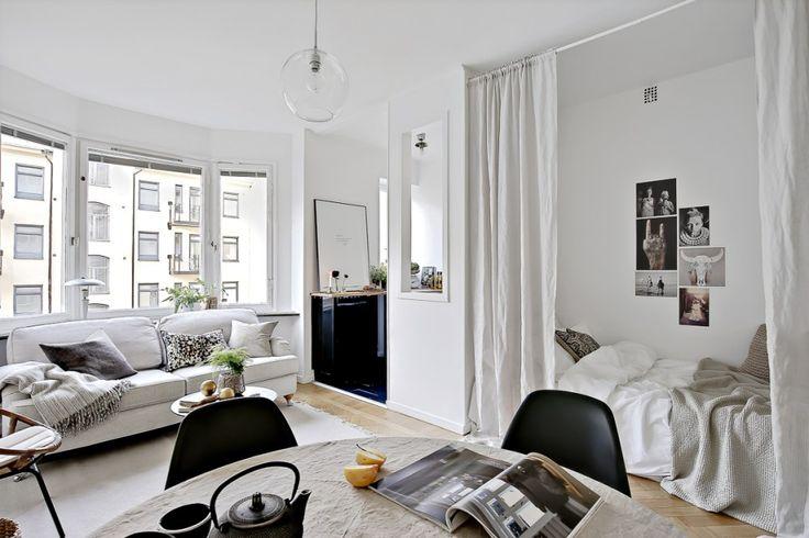 """Bichromie et tons clairs pour cet appartement de 25m2. La grande """"bow window"""" contribue également à agrandir l'espace."""
