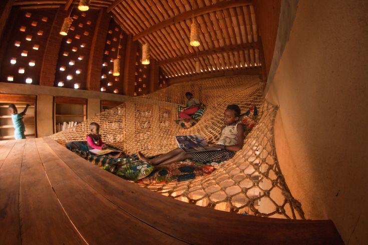 Bibliothèque communautaire de Muyinga (Burundi) (2012). Architectes : B+C Architectes. Particularité : matériau briques de terre locale, dynamiser l'économie locale avec des ressources et main d'oeuvre aux alentours.