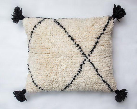 Coussin blanc/White Pillow Béni ouarain ethnique chic vintage#somewhereelse#jenniferdecaux