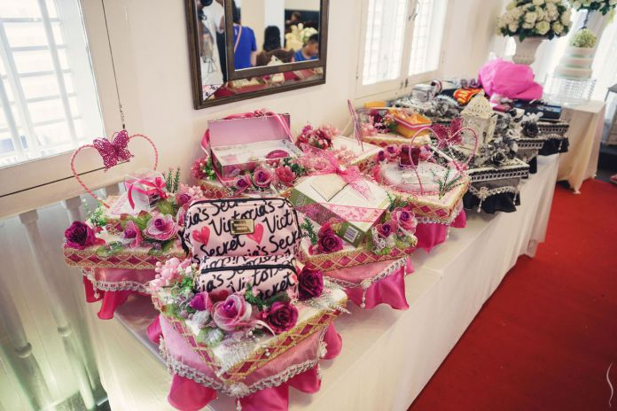 http://images.bridestory.com/images/fl_progressive,f_auto,c_scale,q_100,w_696/assets/simplifai_0159_azpnvo/simplifai-studios_wedding-at-hajah-maimunah-with-faiz-and-maisarah_14.jpg