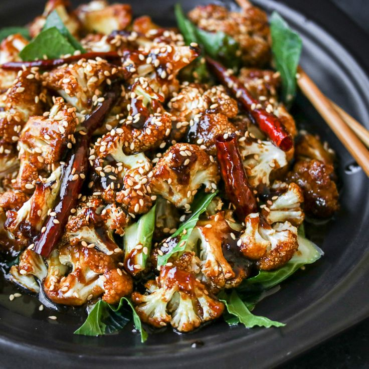 Baked instead of fried, this General Tso's Cauliflower is easy, healthy, and full of flavor! Hot damn, I love cauliflower....