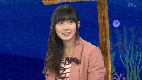 日本通ウェブサイトの報道によると、NHK中国語講座番組のアナウンサーを担当している中国人の段文凝さんはかわいい容貌で最近日本で人気を集め、話題になっているという。  段文凝さんはかつて天津テレビ放送のアナウンサーだったが、2009年日本に渡り、現在は早稲田大学政治学研究科新聞学科で学ぶ学生だ。  段さんは、2011年4月から藤原紀香さん、陳淑梅さん、胡兵さんとNHK教育テレビの「テレビで中国語」で発音部分のアナウンサーを担当し、人気が急上昇している。」(10枚)_中国網_日本語