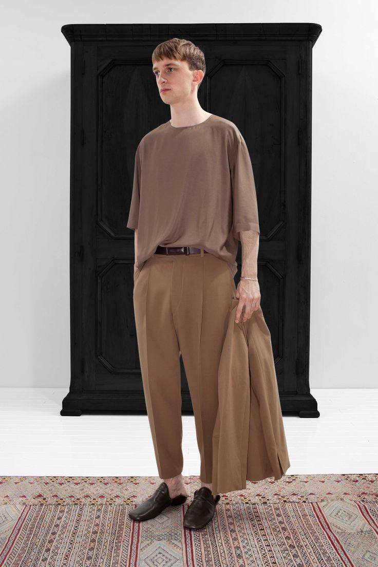 2. Tee-shirt in silk-viscose / One-pleated pants and jacket in soft cotton / Loafers in calf leather