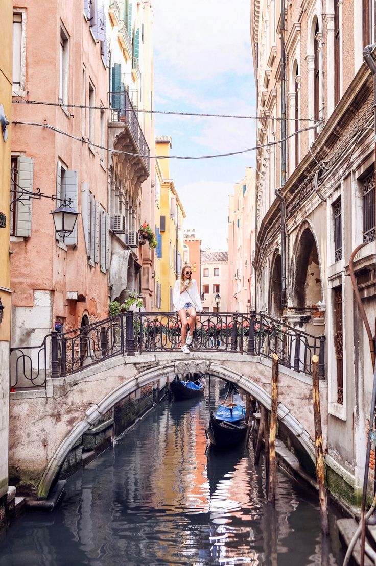 Bridges and gelato by the canal   Venice, Italy http://www.ohhcouture.com/2017/05/getting-lost-in-the-maze-venice/ #ohhcouture #leoniehanne