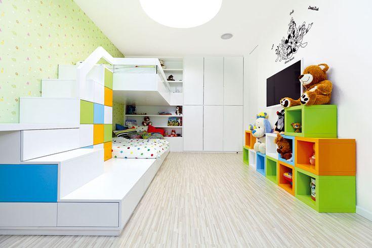 Dětský pokoj navrhli pro dvě děti (i když ho zatím využívá jen jeden potomek) – je tu poschoďová postel a dva pracovní stoly, umístěné u protilehlých stěn. FOTO Dano Veselský