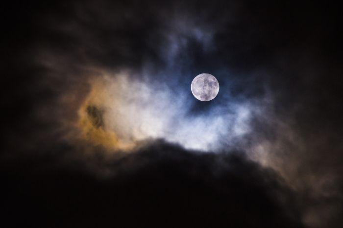SuperLuna din seara trecuta, 14 Noiembrie 2016 Fotografia este realizata de Voicu Mirel cu aparatul foto Nikon D610.