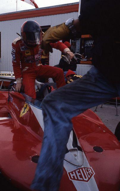 Gilles Villeneuve embarquant dans sa Ferrari, 8 octobre 1978 | by Archives de la Ville de Montréal