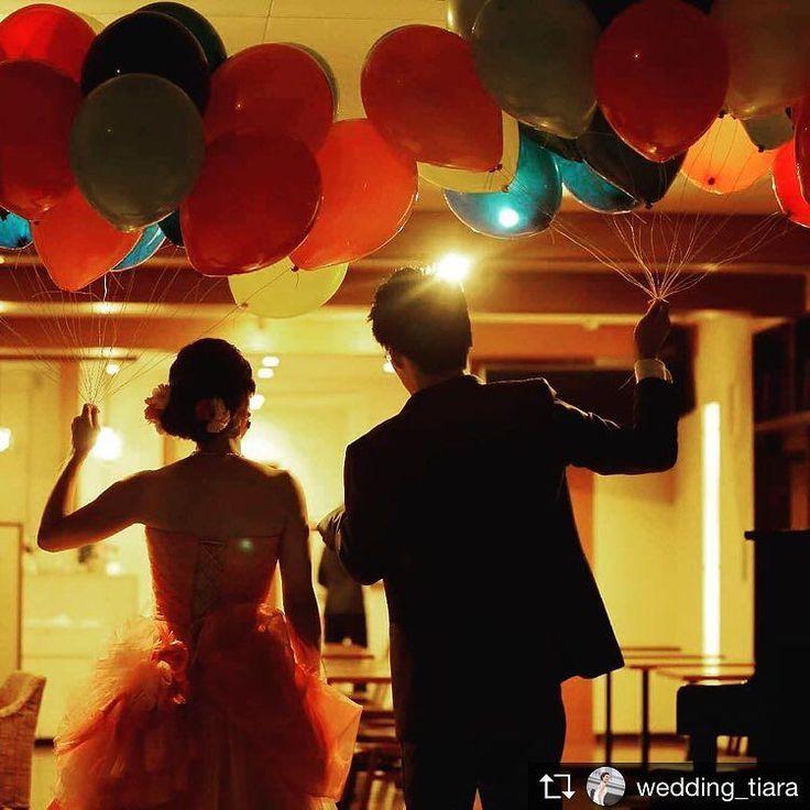 . #バルーン演出 青空のもと行う事が多いですがこんな風に#ナイトウェディング でも素敵に映えます 照明にてらされて大人っぽいですね . #tiarawedding1995 #wedding#結婚式準備#結婚式#カラフルバルーン#フォトジェニックなウェディング#ウェディングフォト#式場見学#岡山式場#岡山結婚式#岡山ウェディング#新郎新婦#カクテルドレス#大人ウェディング#ウェディングアイデア#プレ花嫁応援 #プレ花嫁#全国のプレ花嫁さんと繋がりたい #2018春婚#2018秋婚#婚約#プロポーズ