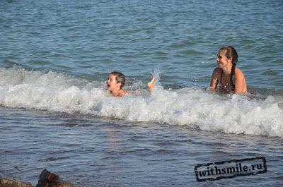 С детьми на море. Крым, Алушта, Рыбачье. Это наш первый отпуск с детьми (1 и 3 года). 3 недели мы провели в пос. Рыбачье - пляж, море и небольшая детская площадка (лабиринт, батут). Замечательное место для спокойного пляжного отдыха. Еще одну неделю поездили по Крыму, водопад Джур-Джур, аквариум в Алуште, зоопарк в Ялте, гора Ай-Йори. Наш список вещей на пляж.