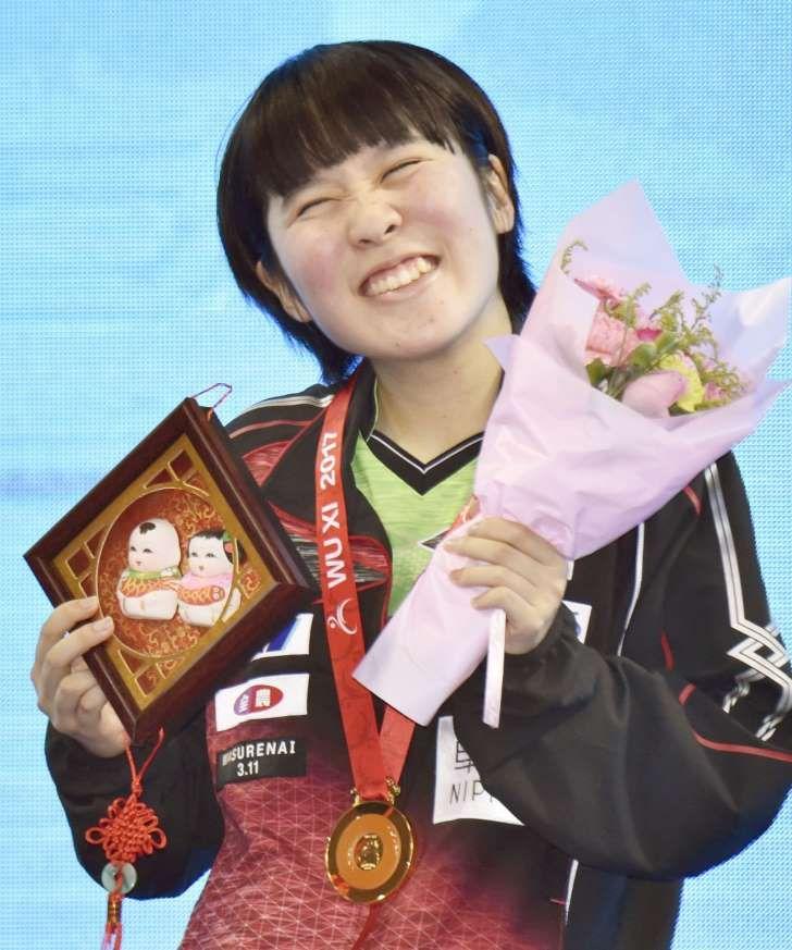 卓球のアジア選手権女子シングルスで優勝し、表彰式で笑顔を見せる平野美宇=中国・無錫(提供・共同通信社)