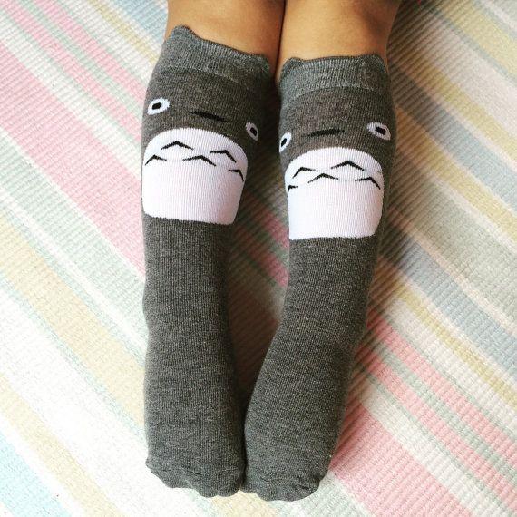 Chaussettes de Totoro gris/argent mignons.  Ces chaussettes enfants sont haute de genou et âgés de 1 à 4 ans ou 4-7 ans. Ils sont super extensibles