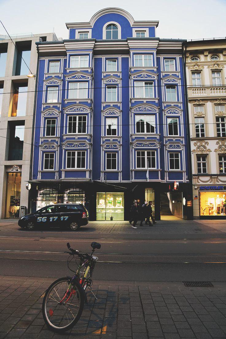 Kamienica o intensywnym, niebieskim kolorze w centrum Innsbrucka.O Innsbrucku na blogu: http://bit.ly/1H8b7LZ #Innsbruck #Austria #Tirol #Tyrol #podróże #travel #wanderlust #miasto #city #Europe