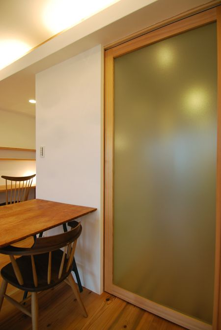 リビング引き戸はスリガラス調ポリカーボネートを使った杉框戸 | 木のマンションリフォーム・リノベーション設計実例 | 木のマンションリフォーム・リノベーション-マスタープラン一級建築士事務所