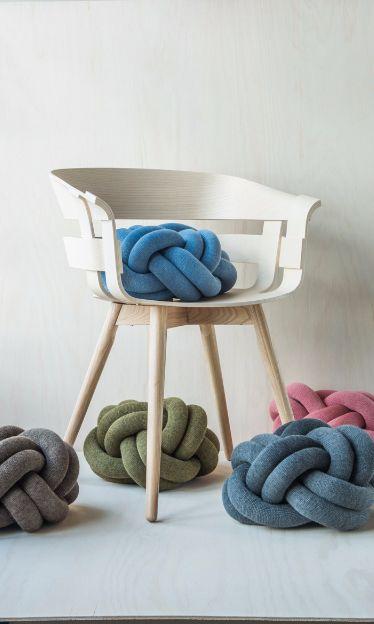 Wick Chair fra Design House Stockholm finnes i ulike farger og med ulike understell, og er en designerstol som også oser av godt håndverk. Du finner Design House Stockholm i din Designforevig-butikk.