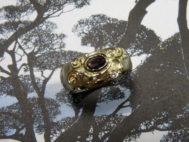 * heirloom | oogst-sieraden * Ring * Van eigen goud een bolle hamerslag ring met filigrain motief vervaardigd * Met eigen granaat en witte saffier * Maatwerk *