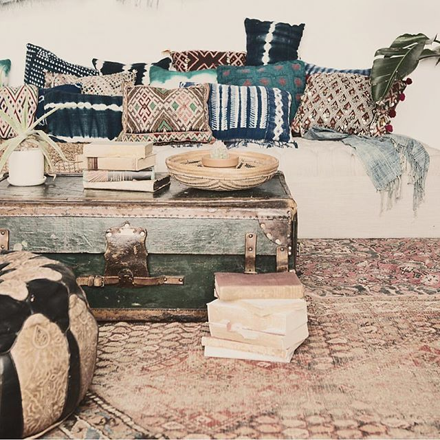 Mixing kilim cushions with indigo for the perfect bohemian space with muted tones. Brilliant as always @rentpatina