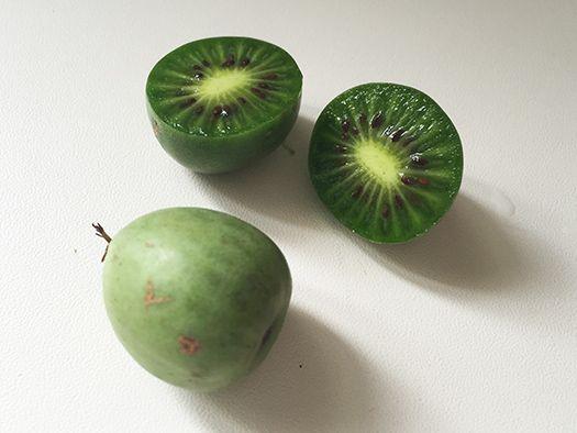 フランスの商品名は「ネルジ(Nergi)」。調べてみると、キウイベリーとか、ベビーキウイとも呼ばれる果物。古くからアジアにあったサルナシ(Actinidia Arguta)の実