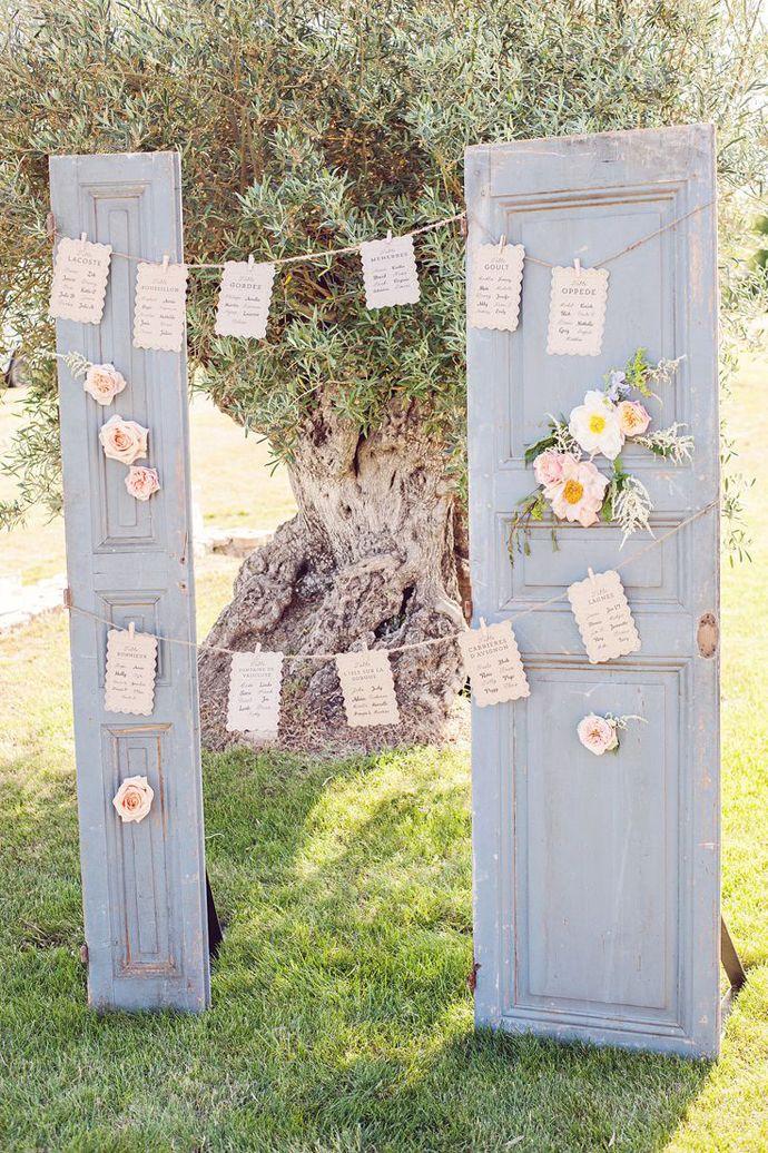 Un altfel de arcade pentru nuntă: uși vechi decorate cu flori naturale | http://nuntaingradina.ro/arcade-pentru-nunta-usi-vechi/