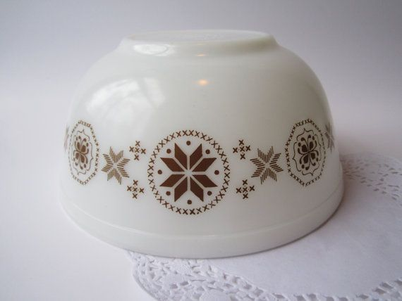 Pyrex Bowl Town & Country Brown and White 2 1/2 Qt  by jenscloset