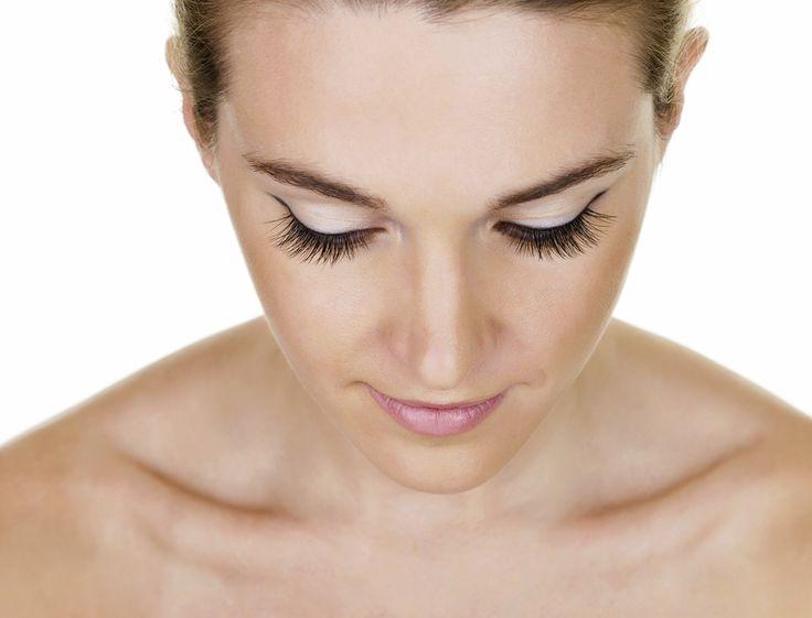 Envie d'avoir l'air maquillée dès le réveil ? Marre du mascara ? Pour mettre votre regard en valeur sans make-up, optez pour la teinture de cils !