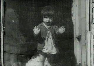 """The House Is Black by Forugh Farrokhzad  Este documental comienza con la cita """"El mundo está lleno de fealdad. Aún habría más si el hombre apartara la mirada. Van a ver en pantalla una imagen de la fealdad, un retrato del sufrimiento, que sería injusto ignorar"""" y posteriormente muestra, de forma cruda y poética, la vida en una colonia de leprosos."""