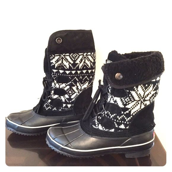"""Khombu Jilly Boots Black White Snowflake Duck Khombu Jilly Black and White Snowflake Boots. Adjustable to wear at mid calf or a bit taller. Worn a few times in Boston during storm. So warm and comfortable! Hardly any wear visible. Buckled the boot rises 9"""" and tall it rises 11"""". There is a snag in the left shoelace. Khombu Shoes Winter & Rain Boots"""